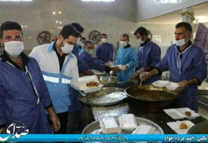 تهیه و توزیع روزانه ۱۲۰۰ پرس غذای گرم در مسجد جامع شهر خوشه مهر + تصاویر