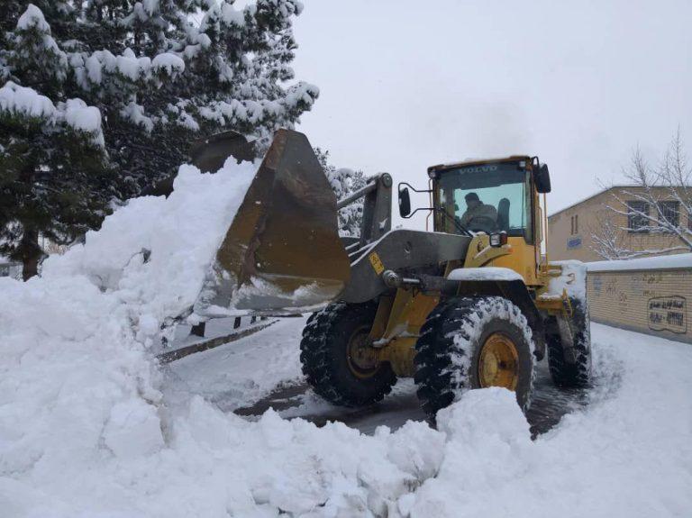 عملیات گسترده برف روبی و نمک پاشی معابر شهری از ابتدای شروع بارش برف و یخبندان / انجام بیش از ۷۰۰ تن نمک پاشی طی چند روز گذشته در بناب