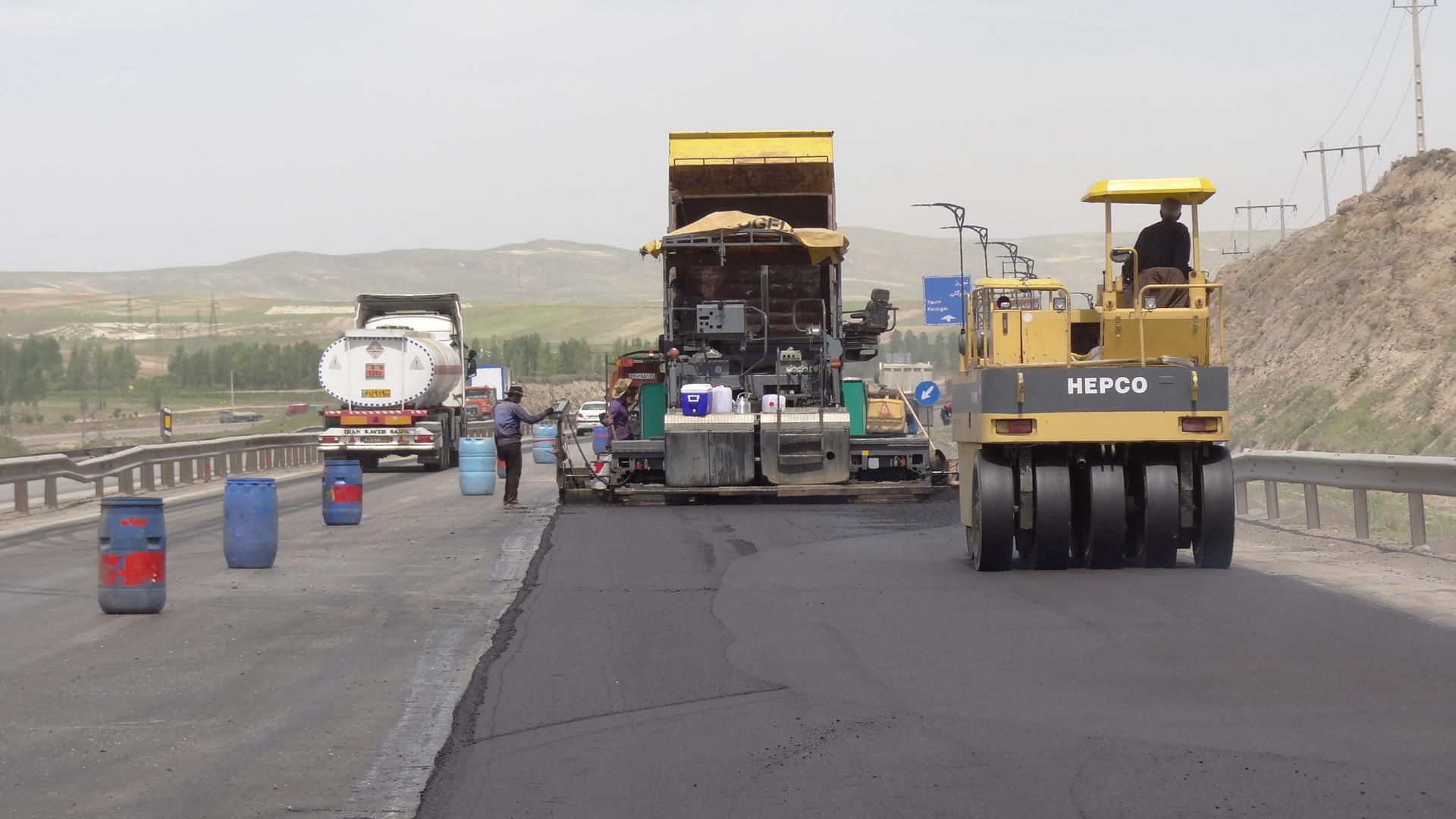 بهسازی وروکش آسفالت 10 محورشريانی درجاده های آذربايجان شرقی درحال اجراست
